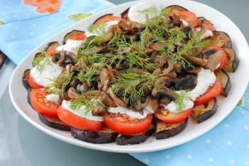 Готовый салат из баклажан помидоров грибов и сметанной заливки