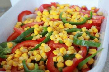 Кукуруза из консервы выкладывается на болгарский перец