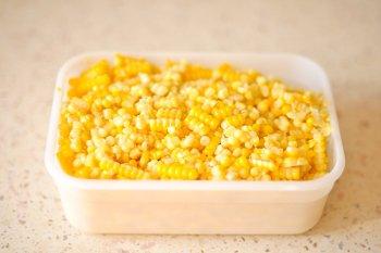Зерно кукурузы в пластиком контейнере перед замораживанием