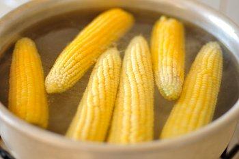 Кукурузные початки варятся в кастрюле