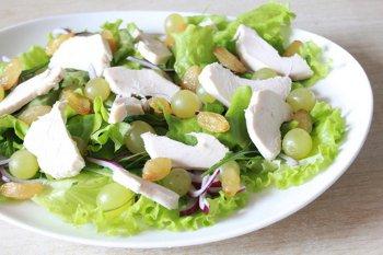 Кусочки куриной грудки с изюмом выложенные в салат