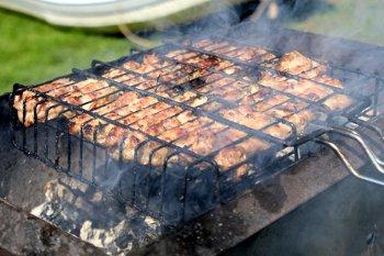 Куриный шашлык жарится на гриле с двух сторон