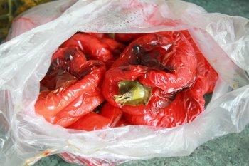 Печеные болгарские перцы в полиэтиленовом пакете