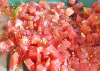 Вымытые помидоры порезанные кубиками для табуле с цветной капустой