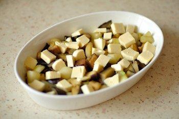 Сулугуни порезанный крупными кубиками поверх кабачков и баклажанов