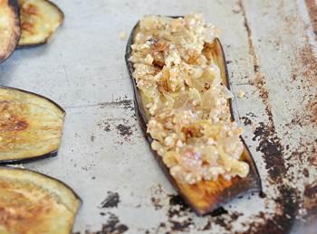Пластинки баклажан с орехово луковой начинкой сверху