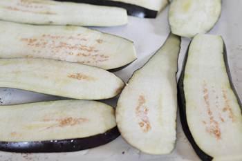 Баклажаны на противне смазанные кисточкой растительным маслом