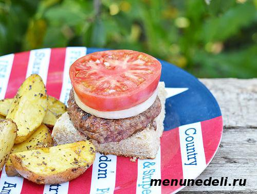 Бургер из говядины  с помидором и луком на хлебе