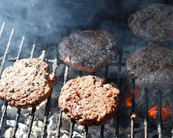 Готовые бургеры из говядины на решетке гриля