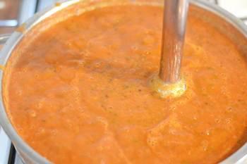 Пюрируем домашний кетчуп и варим еще помешивая
