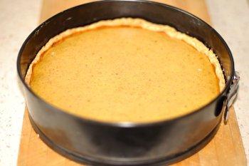 Готовый тыквенный пирог с форме с бортиками