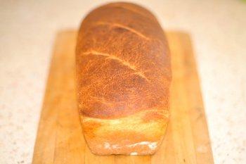 Готовый хлеб на кислом молоке приготовленный в духовке