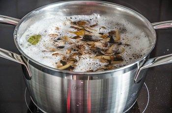 Грибы и картофель варятся в кастрюле до готовности