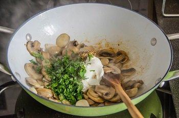 К грибам добавляется чеснок  зелень сметана и горчица