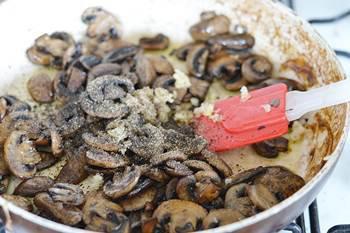 Поджаренные грибы со свежемолотым перцем и измельченным чесноком