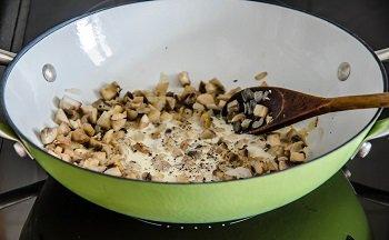 В грибы добавляются сливки  и томятся до загустения