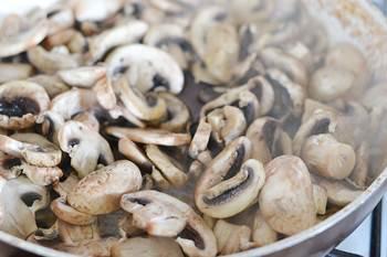 Шампиньоны жарятся на разогретой сковороде без масла