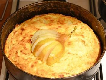 Пирог украшается надрезанной и потушеной грушей