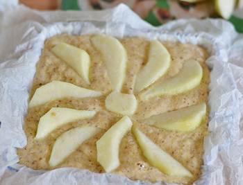 Грушевый пирог с медом и миндалем в форме перед выпечкой