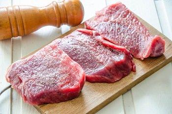 Куски говядины солим и перчим для обжарки