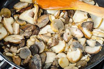 Лесные грибы обжаренные до золотистого цвета на растительном масле