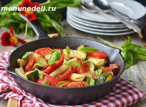 Макароны с овощами  и салями
