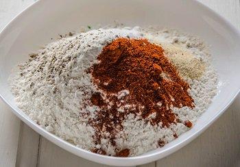 В миске смешаны мука паприка молотый чеснок соль и перец