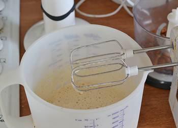 Яйцо с сахаром взбивается миксером в пену