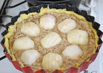 Надрезанные яблоки выложены на начинку в форме