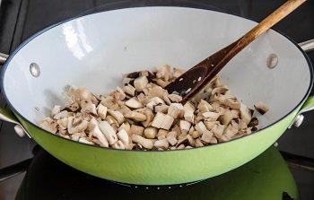 Лук и шампиньоны обжариваются на сковороде с растительным маслом