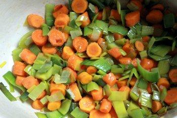 Обжариваем лук порей с морковью в сковороде