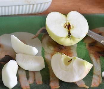 Очищенные и порезанные дольками яблоки для приготовления крамбля
