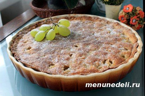 Праздничный пирог с виноградом и миндальным кремом