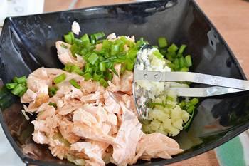 К картофельному пюре добавлена рыба порезанный лук и яйцо