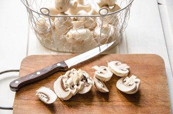 Шампиньоны порезанные пластинами для грибного соуса