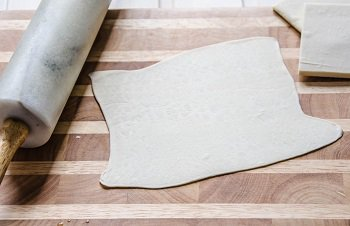 квадрат раскатанного слоенного теста для тарт татена