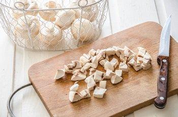 Шампиньоны порезанные кубиками для приготовления говядины веллингтон