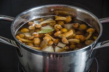 В кастрюлю с картофелем и грибами кладем  лавровый лист душистый перец и специи