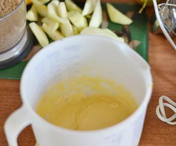Желтки добавляются к медово маслянной массе вместе с корицей и цедрой