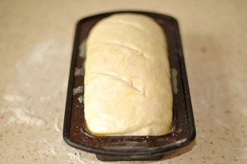 Тесто для хлеба в форме с надрезами с верху