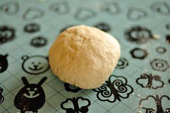 Замешанное тесто из муки молока растопленного масла и яичного желтка