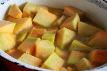 Тыква и картофель варятся с луком и морковью в курином бульоне