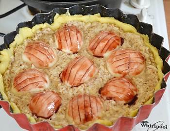 Вкусный яблочный пирог перед запеканием в духовке