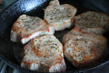 Куски свинины обжариваются до готовности