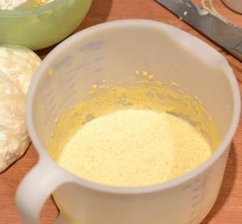 Желтки взбиваются с сахаром и сливочным маслом
