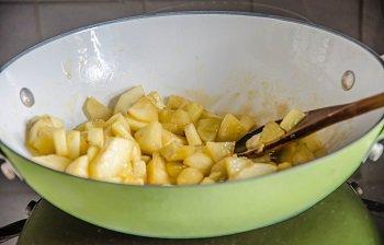Золотистые яблоки посыпаем корицей и снимаем с огня