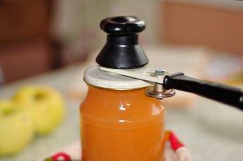 Яблочный сок закручивается в простерилизованную банку