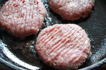 Бифштексы из говядины жарятся на разогретом масле