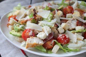 Добавляем к салату приготовленные сухарики и сыр пластинами