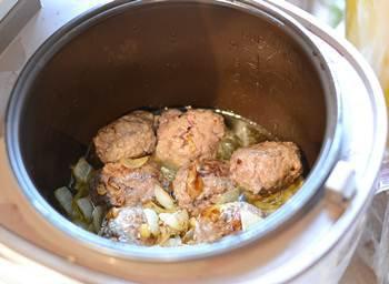 Мясные фрикадельки обжариваются с луком и чесноком